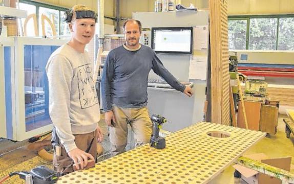 Azubi Maximilian Schmidt (l.) und Tischler Matthias Schrobback fertigen eine Deckenverkleidung für eine Therme. Foto: Karina Gallasch