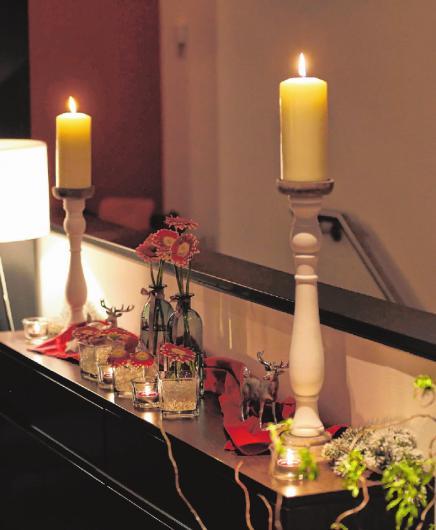 """Kerzenlicht und viele kleine Dekorationen sorgen für eine behagliche Atmosphäre im Restaurant """"Morstein´s"""" und lassen die Gäste vom Alltag abschalten"""