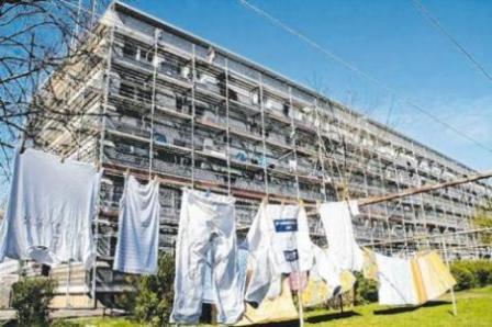 Eingerüstet für die Sanierung: Im Jahr 2014 begannen die Bauarbeiten im Richard-Soland-Ring 7 - 11. Archiv-Fotos (2): Bernhard Schwiete