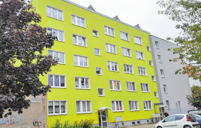 Alle 35 Wohnungen in der Artur-Becker-Straße 1-3 sind vermietet. Gleich in der Nachbarschaft befinden sich das Rathauscenter und der Marktplatz.
