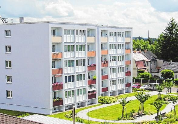 Heute bietet der sanierte Block im Stadtteil Nord den Mietern nicht nur modernen Wohnkomfort, sondern auch ein gepflegtes grünes Umfeld zum Verweilen.