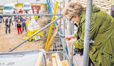 Sabine Ohnesorge schlägt beim Richtfest den Nagel ein. In der Ostvorstadt entsteht ein vom Planungsbüro Wilke projektiertes Pflegezentrum. Foto: Jörn Tornow
