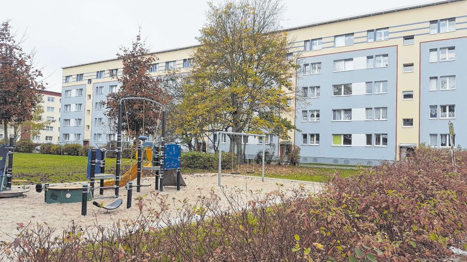 Auf der Grünfläche vor dem sanierten Block im Richard-Soland-Ring in Fürstenwalde Nord gibt es auch eine Spielplatz mit vielfältigen Aktionsmöglichkeiten für den Nachwuchs der Mieter. Fotos (4): Sabine Uy
