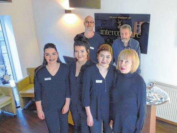 Das Team des Intercoiffure-Salon Lüdke: Tom und Horst Lüdke mit Jessica Penzlin, Svenja Christiansen, Lisa Templer und Annegret Lüdke (von links) Foto: gol