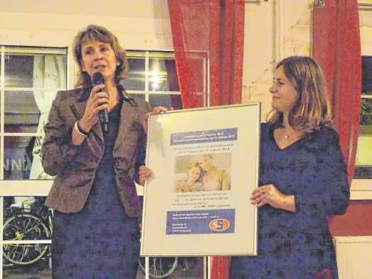 S5 Sportstudio-Inhaberin Antje Bergner (links) ist Unternehmerin des Jahres 2018. In ihrer Dankesrede machte sie auf die Spendenaktion zum Weltkrebstag in ihrem Sportstudio aufmerksam. Denn nur mit entsprechender Forschung, sagte sie, könne es gelingen diese Krankheit eines Tages zu besiegen. Foto: lm