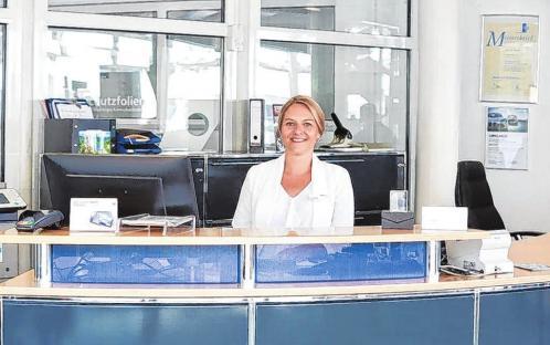 Service Assistentin Annlie Staatz begrüßt jeden Gast mit einem Lächeln und hilft auch am Telefon bei jedem Anliegen gern weiter